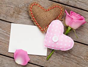 Фото День святого Валентина Розы Доски Розовый Сердце Шаблон поздравительной открытки Лепестки Цветы