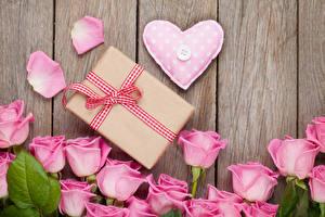 Картинка День святого Валентина Розы Доски Розовый Сердце Подарки Лепестки Цветы