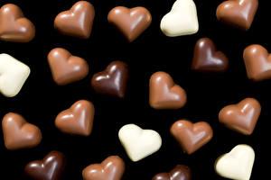 Обои День всех влюблённых Сладости Конфеты Шоколад На черном фоне Сердце Еда