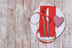 Фотография День всех влюблённых Сервировка Ножик Доски Сердечко Тарелке Вилки Лента