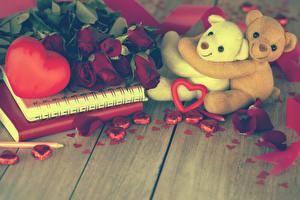 Фото День святого Валентина Мишки Розы Доски Бордовый Сердечко Лепестки Цветы
