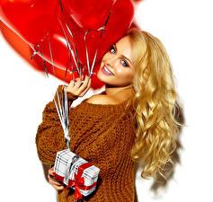 Фотографии День святого Валентина Белый фон Блондинка Улыбка Подарки Воздушный шарик Свитер Девушки