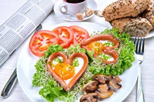 Фото Овощи Помидоры Грибы Тарелка Сердце Яичница Продукты питания
