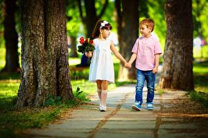 Обои Букеты Любовь Девочка Мальчишка Две Ствол дерева Платье Джинсы Дети