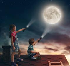 Обои Мальчики Девочки Крыша Ночь Луна Фонарь Лучи света Дети фото