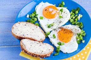 Картинка Бутерброды Доски Тарелка Яичница Вдвоем Сердечко Пища