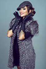 Фотографии Цветной фон Шубой Перчатках Улыбка молодые женщины