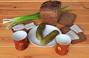 Картинка Огурцы Хлеб Доски Тарелка Сало Кружка Двое Еда