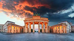 Фотографии Германия Берлин Облачно Городская площадь Колонны Ворота Brandenburg Gate Города