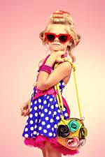 Картинки Сумка Цветной фон Девочки Модель Очки Платье Блондинка Гламур Дети