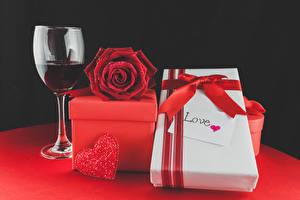 Фотография Праздники Розы Вино Черный фон Подарки Красный Бокалы Сердечко Бантик Цветы