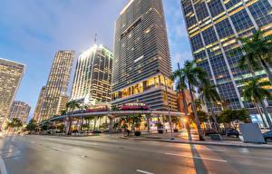 Картинки Дома Вечер Небоскребы Америка Дороги Майами Улиц Пальма