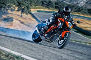 Картинка КТМ Мотоциклист Едущий Шлем 2014-16 1290 Super Duke R Мотоциклы