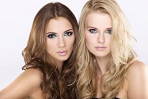 Обои Макияж Шатенка Блондинка Двое Взгляд Волосы Девушки фото