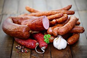 Обои Мясные продукты Колбаса Чеснок Доски Еда фото