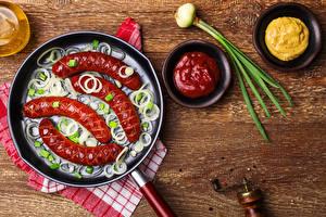 Обои Мясные продукты Сосиска Лук репчатый Кетчуп Сковородка Еда фото