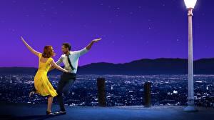 Картинка Мужчины Эмма Стоун Райан Гослинг Танцует La La Land Фильмы Знаменитости Девушки
