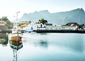 Обои Норвегия Лофотенские острова Дома Причалы Реки Катера Reine Города фото