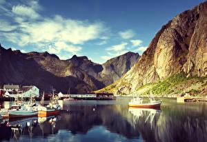 Обои Норвегия Лофотенские острова Горы Дома Причалы Катера Reine Города фото
