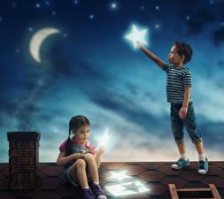 Обои Звезды Полумесяц Мальчики Девочки Ночь Двое Крыша Луна Дети фото