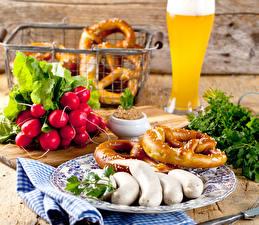 Обои Натюрморт Сосиска Редис Пиво Стакан Тарелка Еда фото