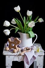 Обои Тюльпаны Игрушки Черный фон Кувшин Белый Цветы фото
