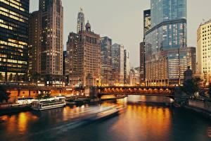 Обои США Дома Реки Небоскребы Вечер Причалы Мосты Катера Чикаго город Города фото
