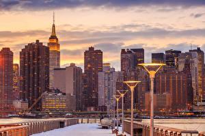 Картинка Америка Дома Небоскребы Вечер Нью-Йорк Уличные фонари Города