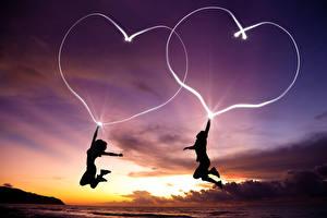 Обои для рабочего стола День всех влюблённых Мужчины Вдвоем Сердечко В ночи Прыжок Силуэты молодые женщины