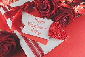 Фотографии День святого Валентина Розы Английский Красный Сердце Подарки Бантик Красный фон Цветы