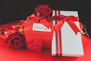 Картинка День святого Валентина Розы Бордовый Подарки Бантик Сердце Красный Цветы