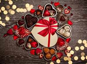 Обои День святого Валентина Сладости Конфеты Шоколад Доски Сердце Еда фото