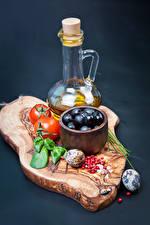 Картинки Овощи Помидоры Оливки Цветной фон Разделочная доска Бутылка Продукты питания