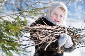 Обои Зима Девочки Ветки Взгляд Дети фото