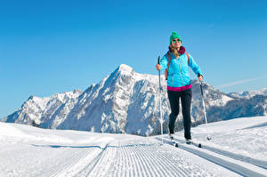 Обои Зима Лыжный спорт Снег Куртка Шапки Очки Спорт Девушки фото