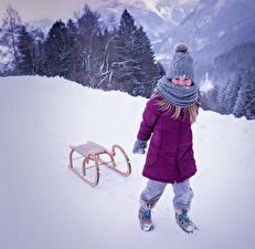 Обои Зима Снег Сани Девочки Куртка Шапки Шарф Дети фото