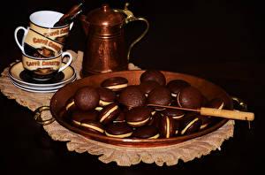 Фотография Выпечка Печенье Чайник Черный фон Тарелка Чашка Продукты питания