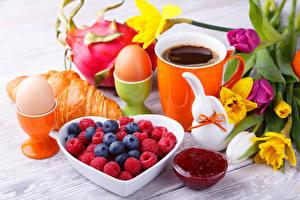 Фотография Круассан Джем Кофе Малина Черника Нарциссы Завтрак Яйца Чашке Еда