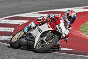 Картинка Ducati Мотоциклист Шлем Униформа 2016 1299 Panigale S Anniversario Мотоциклы