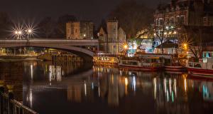 Обои Англия Дома Речка Мосты Причалы Речные суда Ночные Уличные фонари York Lendal bridge Города