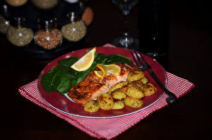 Обои Рыба Картофель Лимоны Тарелка Вилка Еда картинки
