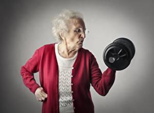 Обои Фитнес Старая женщина Гантели спортивная