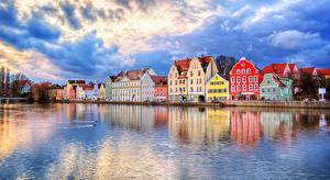 Картинка Германия Дома Реки Небо Побережье Облака Landshut Города