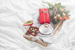 Фото Праздники Конфеты Шоколад Розы Кофе Чашка Подарки Сердце Продукты питания Цветы