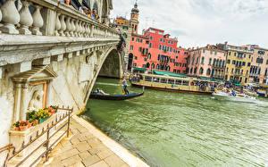 Фотографии Италия Дома Речка Мосты Речные суда Венеция Rialto Bridge