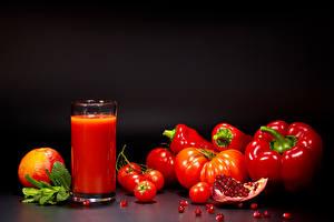 Фото Сок Помидоры Перец Гранат Черный фон Стакан Зерна Красных Продукты питания