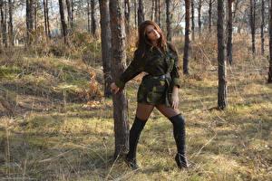 Фотографии Kleofia model Шатенка Униформа Сапоги Ствол дерева Девушки