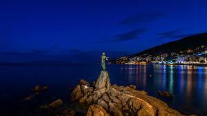 Фото Опатия город Хорватия Море Дома Памятники Ночь Скала Уличные фонари Города