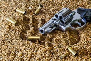 Обои Пистолеты Револьвер Песок Taurus