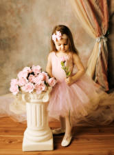 Обои для рабочего стола Роза Девочки Розовые Платье Дети